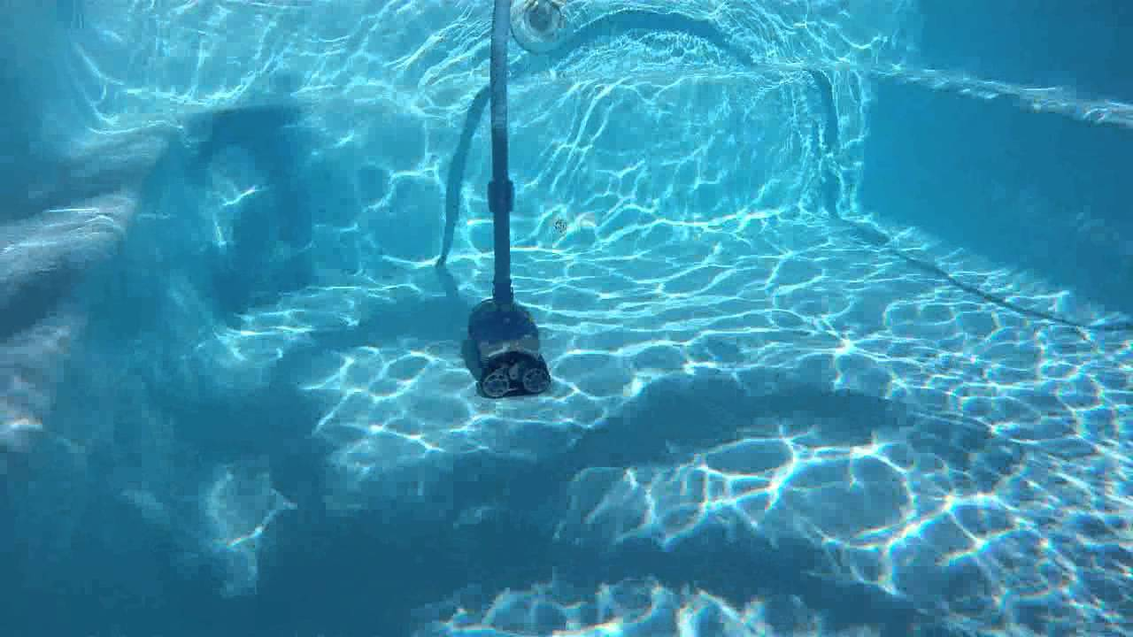 Robot piscine zodiac barracuda mx 8 youtube for Robot piscine baracuda