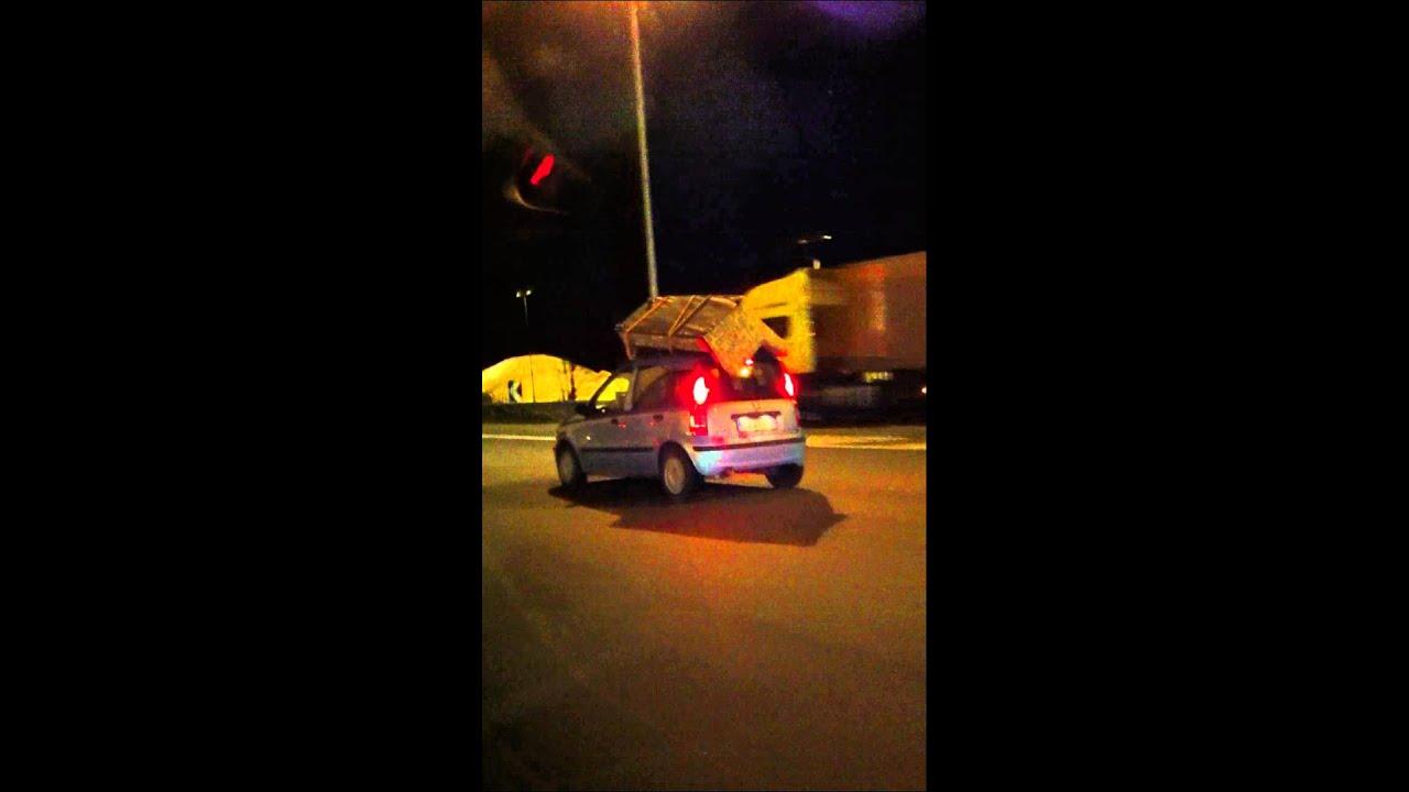 Un divano sopra una macchina in autostrada - YouTube