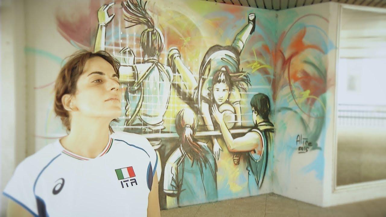 Volley e street art il murales di alice pasquini per fipav youtube - Sculptures metalliques murales ...