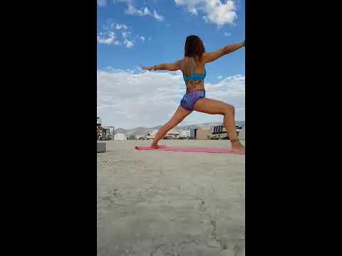 Yoga flow filmé au Burning Man