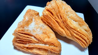Pasteles fritos hojaldrados exquisitos