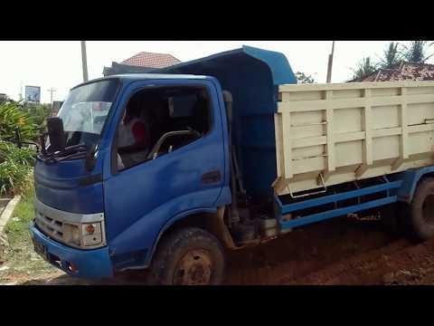 Lihat Dump Truck Beneran, Bongkar Muatan Menurunkan Tanah