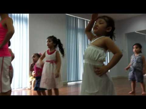 múa bài CON HEO ĐẤT (bé Bảo Trân)