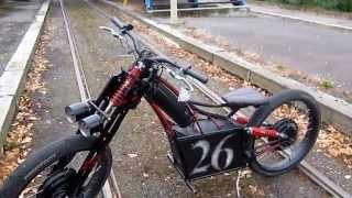 Электромотоцикл своими руками / Электровелосипед 26 Bike Emotors(Легкий городской электромотоцикл своими руками на базе велодеталей. Вес 75 кг. макс. скорость 50 км/ч. 2 мотора..., 2015-10-18T11:20:24.000Z)