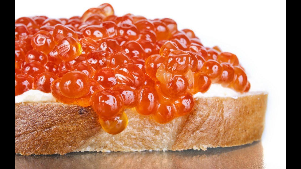 Закуска - бутерброды с красной икрой.