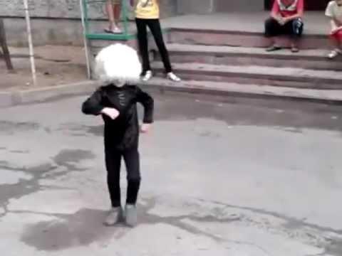 Маленький мальчик танцует лезгинку!!! Четкая Чеченская лезгинка !!!