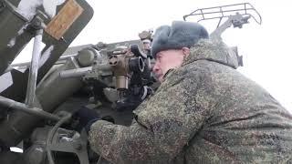 Ветеран Великой Отечественной войны стреляет из гаубицы «Мста-Б» под Кемеровом