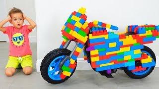 Vlad und Nikita fahren mit dem Spielzeug-Sportbike und spielen mit Spielzeug