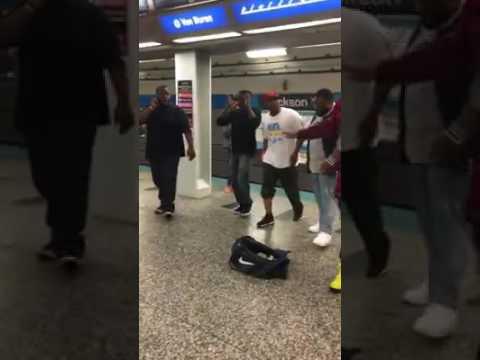 Afroamericanos cantando acapela en el metro de Chicago