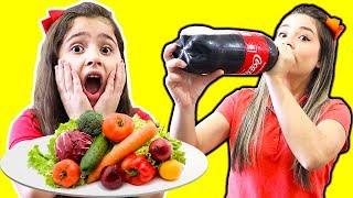 Heloísa e mamãe finge brincar de escola e não comem comida saudável