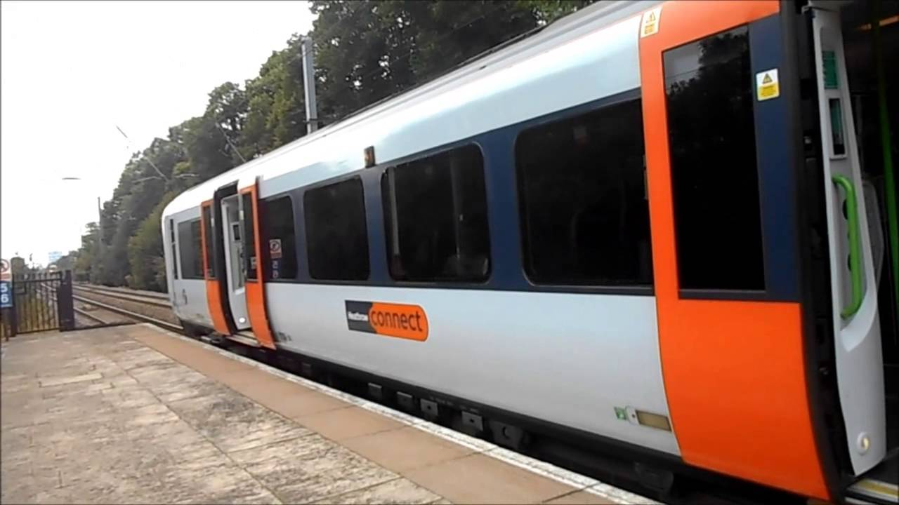 Heathrow connect train at west ealing and hanwell youtube sciox Choice Image