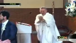 Sacerdote canta y baila en plena misa / Italian Priest sings and dances in the middle of mass