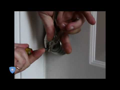 KWIKSET SMARTKEY Lock Gets Picked with a Screwdriver and a Blank Key