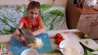 Салат с сыром, курицей и помидорами