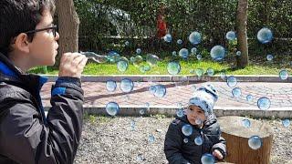Balon Çıkaran Oyuncak Köpüğü Berat ve Buğra Oynuyor