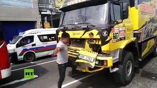 FAIL: Rompe un camión del Dakar al tomarse una foto con él