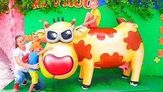 Der beste Outdoor Spielplatz für Kinder Lustige Spielzeit im Freizeitpark