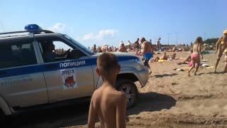 Полицейская машина в водах Финского залива на пляже