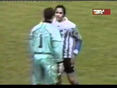 Pelea en la cancha furioso jugador de futbol soccer - YouTube