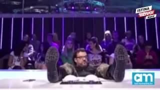 (VIDEO) BLAM GODINE: Aca Lukas pao usred snimanja, žene ga podizale!