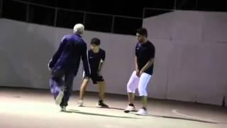 شايب كبير في السن يلعب كره القدم بس ركب المقلب