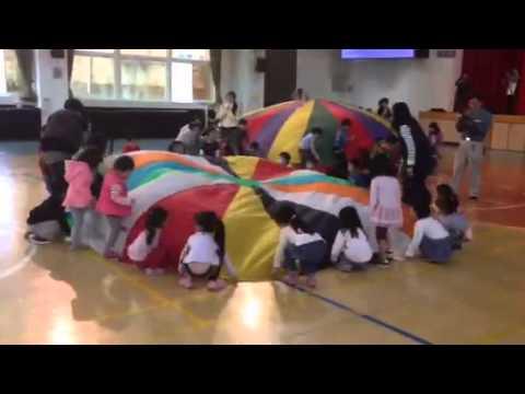 企鵝班氣球傘表演(迎向朝陽)