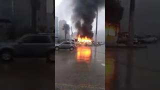 فيديو وصور.. أردني يحرق حافلة كان يقودها احتجاجا على مخالفة سير