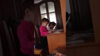 брат с сестрой вместе делают уроки