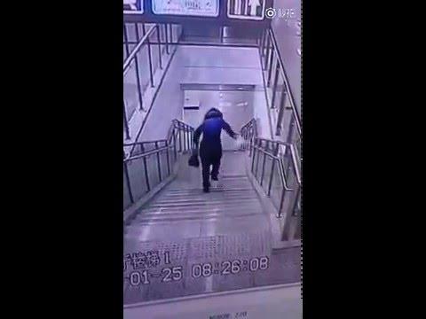 баба на лестнице