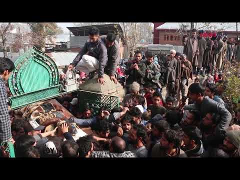 Kashmir : Thousands Gather to Mourn the Killing of Two Militants