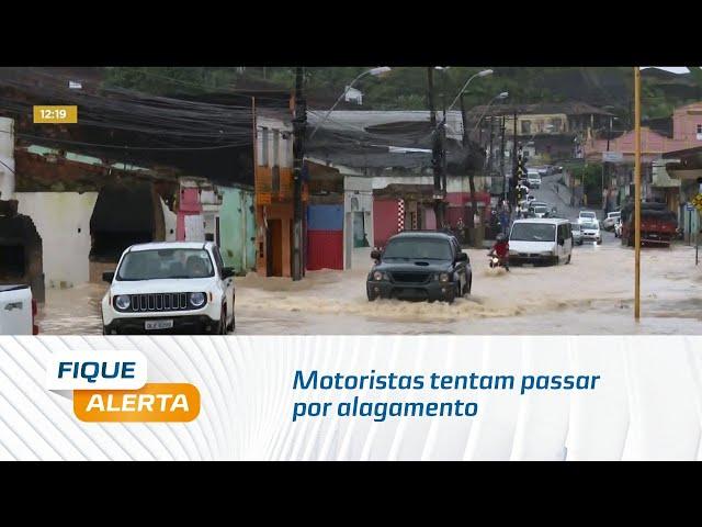 Motoristas tentam passar por alagamento, mas ficam no meio do caminho em Bebedouro