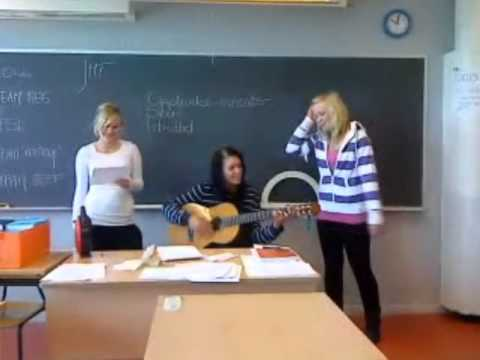 Tonje, Maria og Lovise synger