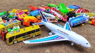 Download Menemukan Tumpukan Mainan Mobil Balap, Pesawat Terbang, Beko Excavator, Motor Balap, Truk Tangki