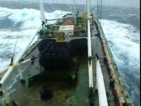 badai besar kapal hampir tengelam