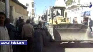 بالفيديو والصور.. ازالة 200 حالة اشغال طريق بوسط مدينة إسنا