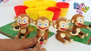Totoykids jugando con los 🙊Monitos🐒 que lanzan Cocos!!! Niños contra Niñas! Quién ganará?