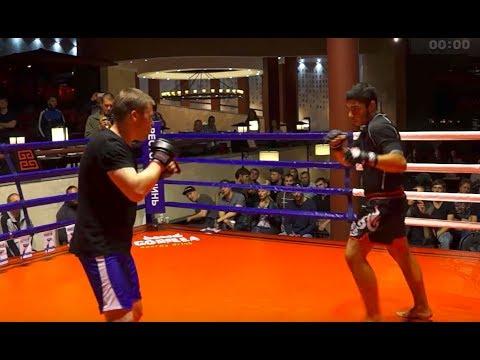 СБОРЩИК КАРУСЕЛЕЙ против Тайского Боксера
