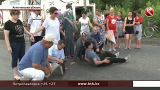 На трассе Алматы - Талдыкорган местные жители легли под тяжелую технику