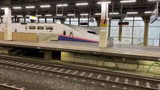 E4系 発車(反対側のホームから撮影)