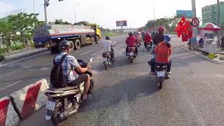 Chuyến xe về quê đón tết, mới chạy đoạn gặp các anh cảnh sát giao thông ngỡ được lì xì... | Kính Cận