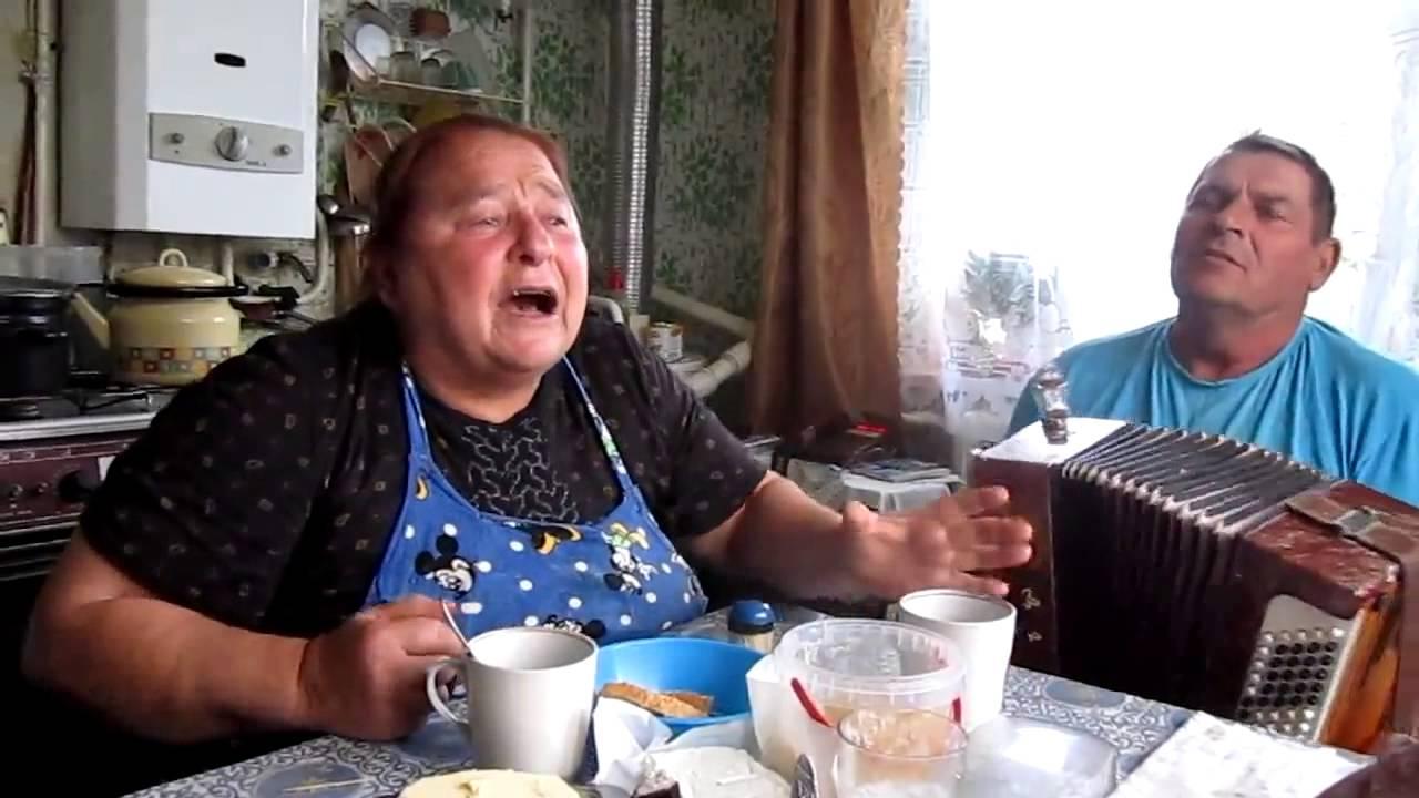 бабушка порится с дедом