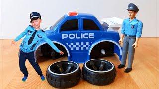 Сеня играет в полицию и едет на вызов на полицейской машинке и на машине скорой помощи