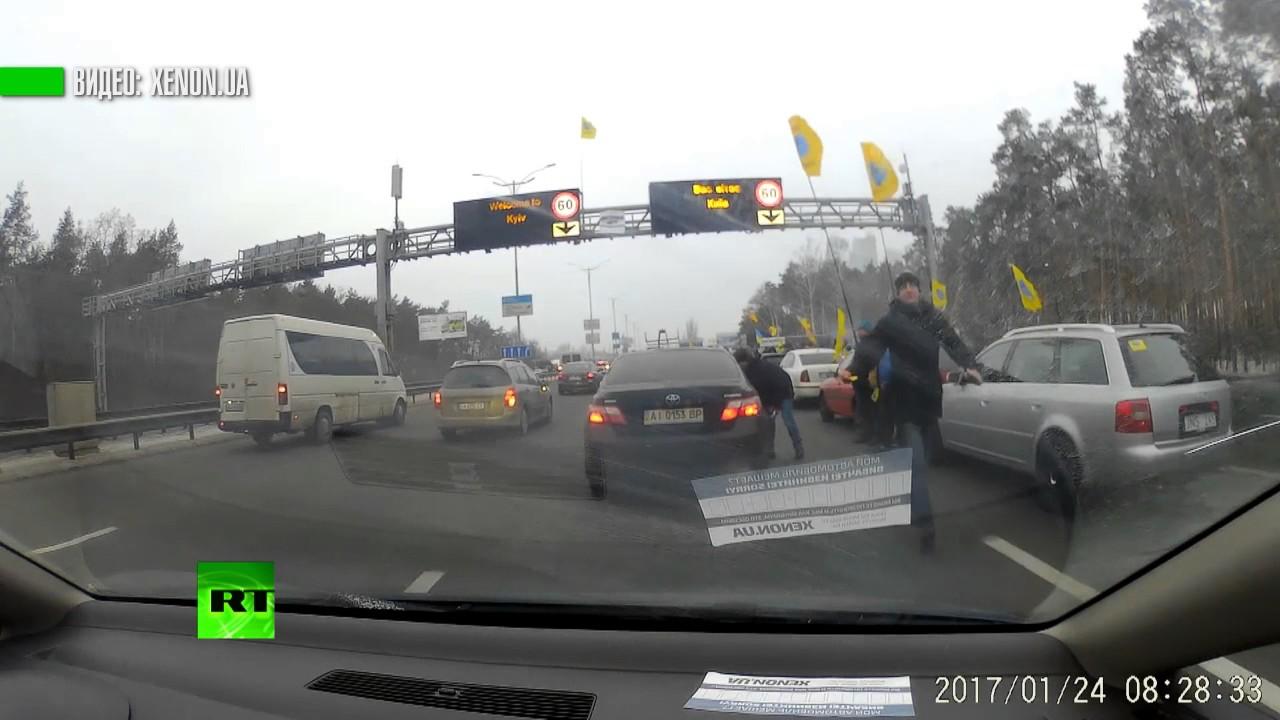 Активисты частично перекрыли две трассы в Киеве