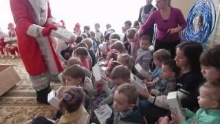 Команда Благо В Дар поздравила 200 детей Алчевска(Наши друзья из команды волонтеров Благо в Дар Алчевск, в течении новогодних каникул поздравили подарками..., 2016-03-28T19:21:48.000Z)