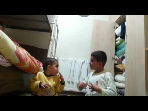 Kardeşine namaz kılmayı öğreten çocuk