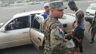 Police stop Dominican Republic - 12 guys in a car! Unbelievable!