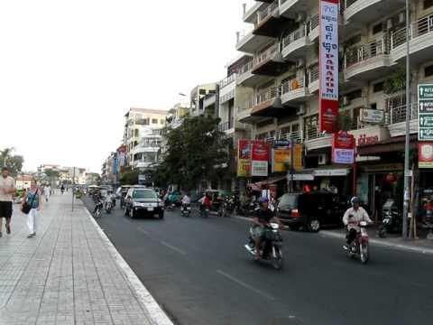 La rue Sisowath Quay de Phnom Penh ( Cambodia )