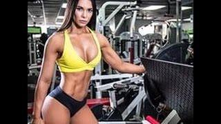 Красивые девушки занимаются фитнесом.