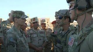قائد القيادة المركزية الأمريكية يتفقد القوات المشاركة في تدريبات النجم الساطع