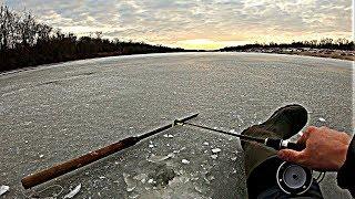 В ТАКОЙ ЛУЖЕ И ВЛУПИЛ СУПЕР ТОЛСТЫЙ ОКУНЬ Зимняя рыбалка 2020 Ловля окуня зимой Зимняя удочка